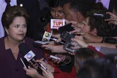 Presidente Dilma Rousseff fala com jornalistas após cerimônia de assinatura do Estatuto da Juventude no Palácio do Planalto, em Brasília. Dilma defendeu nesta sexta-feira que a taxa de desemprego no país continua baixa, apesar de estar há seis meses sem ceder, e que a inflação está sob controle. 5/08/2013. REUTERS/Ueslei Marcelino