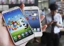 Samsung Electronics Co Ltd infringió partes de dos patentes de Apple Inc para dispositivos digitales móviles, dijo el viernes la Comisión Internacional de Comercio de Estados Unidos. En la foto tomada en Seúl el 13 de mayo de 2013 se muestra al Galaxy S4 de Samsung Electronics (a la izquierda) y al iPhone5 de Apple (a la derecha). REUTERS/Kim Hong-Ji