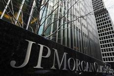 """Les autorités américaines envisageraient de demander l'arrestation de deux anciens employés de JPMorgan Chase & Co qu'elles soupçonnent d'avoir maquillé les pertes de la banque dans l'affaire de la """"baleine de Londres"""". La perte de trading de 6,2 milliards de dollars (4,6 milliards d'euros), imputée au trader français Bruno Iksil, a durement entaché la réputation de la première banque américaine. /Photo prise le 15 mars 2013/REUTERS/Lucas Jackson"""