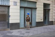 Une ancienne agence bancaire désormais fermée à Séville. Les banques de l'Union européenne ont fermé au total 5.500 agences l'an dernier, soit 2,5% de l'ensemble de leurs réseaux, portant à 20.000 le nombre des agences fermées dans le secteur depuis le début de la crise en 2008. /Photo prise le 15 mars 2013/REUTERS/Marcelo del Pozo