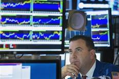 Un trader à Wall Street. Tombé en disgrâce avec la crise de 2007-2008, le secteur financier est sur le point de retrouver les premiers rôles à Wall Street aux côtés des valeurs technologiques. /Photo prise le 11 juillet 2013/REUTERS/Lucas Jackson