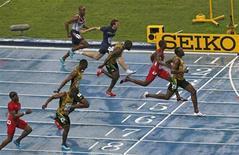 Jamaicano Usain Bolt cruza a linha de chegada para vencer a final dos 100 metros do Campeonato Mundial de Atletismo, no estádio Luzhniki, em Moscou. Bolt recuperou o título mundial dos 100 metros depois de conquistar o ouro com tempo de 9,77 segundos neste domingo. O norte-americano Justin Gatlin ficou com a prata com tempo de 9,85 segundos e o jamaicano Nesta Carter levou o bronze, com 9,95 segundos. 11/08/2013. REUTERS/Grigory Dukor