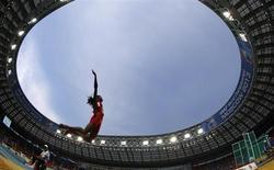 Norte-americana Brittney Reese salta na final do salto em distância pelo Campeonato Mundial de Atletismo, no estádio Luzhniki, em Moscou. Com um grande salto final, Reese brilhou no Mundial de Atletismo de Moscou e se tornou a primeira mulher a ser tricampeã do mundo em saldo em distância neste domingo. 11/08/2013. REUTERS/Dominic Ebenbichler