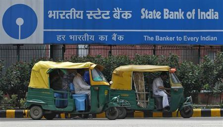 Auto rickshaws wait in front of the head office of State Bank of India (SBI) in New Delhi August 12, 2013. REUTERS/Anindito Mukherjee