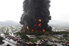Bombeiros tentam extinguir incêndio em uma refinaria em Puerto La Cruz, na Venezuela. Bombeiros apagaram um incêndio em um tanque de armazenamento na refinaria de petróleo que foi atingida por raios no domingo, informou um alto funcionário da petroleira estatal PDVSA. 11/08/2013 REUTERS/Stringer