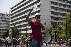 Public sector employees march during an anti-austerity rally outside the finance ministry in Athens August 1, 2013. REUTERS/Yorgos Karahalis