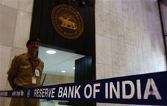 A security guard stands in the lobby of the Reserve Bank of India (RBI) headquarters in Mumbai, in this July 30, 2013 file photo. REUTERS/Vivek Prakash/Files