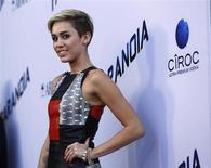 """Cantora Miley Cyrus posa para foto na estreia do filme """"Paranoia"""", em Los Angeles, Califórnia. A cantora norte-americana emplacou no domingo pela primeira vez uma música no topo da parada britânica de singles, a recém-lançad """"We Can't Stop"""", informou a Official Charts Company, empresa responsável pela lista. 8/08/2013. REUTERS/Mario Anzuoni"""