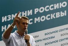 Оппозиционный лидер Алексей Навальный выступает перед собравшимися в Москве 30 июля 2013 года. Претендующий на пост мэра российской столицы Навальный в понедельник отклонил обвинения в получении незаконного финансирования из-за рубежа и заявил, что видит за активизацией силовиков страхи соперника и свой шанс на второй тур. REUTERS/Sergei Karpukhin