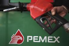 El Gobierno de México propuso el lunes contratos de utilidad compartida con la petrolera estatal y particulares para la exploración y explotación de crudo y gas, en un proyecto de reforma energética que contiene cambios constitucionales para atraer la inversión privada al sector. En la foto de archivo, el logo de la empresa Pemex. Nov 23, 2012. REUTERS/Edgard Garrido
