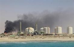Нефтяной терминал в ливийском городе Зуэйтина 18 июля 2013 года. Цены на нефть растут на фоне опасений за поставки из Ливии и накануне макроэкономической статистики США, по которой можно будет судить о сроке сокращения стимулов ФРС. REUTERS/Esam Al-Fetori