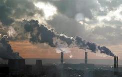 Дым поднимается из труб ТЭЦ на юге Москвы 19 декабря 2006 года. Крупнейший в РФ собственник в электроэнергетике Газпром без борьбы выиграл столичные торги за теплоэнергетическую МОЭК, предложив за актив начальную цену - 98,6 миллиарда рублей. REUTERS/Alexander Natruskin/Files