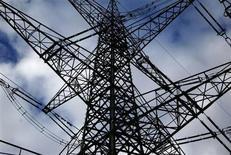Опора ЛЭП в немецком городе Меккенхайм 30 января 2013 года. Снижение цен на оптовую электроэнергию и рост сектора возобновляемой энергетики продолжит негативно сказываться на показателях E.ON, сообщила немецкая компания после публикации данных о 15-процентном падении полугодовой базовой прибыли. REUTERS/Ina Fassbender
