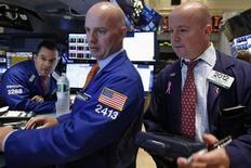 Après une ouverture en légère hausse, Wall Street était peu changée dans les premiers échanges, les investisseurs ne sachant que faire de statistiques jugées encourageantes de l'économie américaine. Vers 13h45 GMT, le Dow Jones perdait 0,04%. En revanche, le Standard & Poor's 500 progressait de 0,09% et le Nasdaq de 0,06%. /Photo prise le 12 août 2013/REUTERS/Brendan McDermid