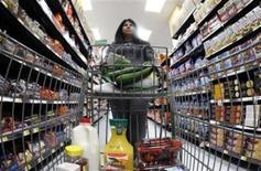 Una compradora camina por un pasillo de una nueva tienda de Walmart en Chicago. Foto de archivo. REUTERS/Jim Young. Las ventas minoristas subyacentes, un indicador del gasto de los consumidores en Estados Unidos, subieron en julio a su mayor ritmo en siete meses, en una señal de aceleración de la mayor economía del mundo que podría fortalecer el argumento a favor de que la Reserva Federal comience a desactivar su programa de estímulo monetario.