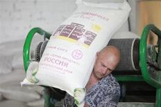 Un trabajador ruso transporta un saco de harina de trigo a una tienda local en la aldea de Mokraya Buivola, en el sur de Rusia. Foto de archivo. REUTERS/Eduard Korniyenko. La economía de Rusia podría crecer solo un 2 por ciento este año, dijo el banco central el jueves, mientras que el ministro de economía pidió una ampliación de la meta de inflación, lo que daría más margen para reducir las tasas de interés y respaldar el crecimiento.