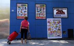 Una mujer observa los carteles con productos en venta en un supermercado de Buenos Aires. Foto de archivo. REUTERS/Marcos Brindicci. Los precios minoristas en Argentina habrían subido en promedio un 2,4 por ciento en julio, una cifra más elevada que en meses anteriores principalmente por aumentos en alimentos y turismo, mostró el martes un sondeo de Reuters.