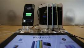 Una tienda de Apple en Pasadena, California, muestra los dispositivos móviles iPod Touches. Foto de archivo. REUTERS/Mario Anzuoni. El inversor Carl Icahn dijo el martes a través de su cuenta de Twitter que cuenta con una posición accionaria importante en Apple y que la compañía está extremadamente subvalorada.
