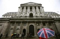 Members of the public walk past the Bank of England in central London June 3, 2008. REUTERS/Alessia Pierdomenico