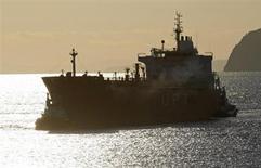 Нефтяной танкер заходит в порт при НПЗ Repsol в Картахене 15 февраля 2012 года. Цены на нефть снижаются на фоне ожиданий сокращения стимулов ФРС в сентябре. REUTERS/Francisco Bonilla