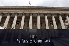 Les Bourses européennes sont en légère hausse à la mi-séance mercredi en Europe, soutenues entre autres par l'annonce d'une sortie de la zone euro de la récession au deuxième trimestre. A Paris, le CAC 40 progressait de 0,35% à 4.106,46 points après avoir inscrit un nouveau plus haut de l'année. Francfort s'adjugeait 0,13% et Londres 0,02%. /Photo d'archives/REUTERS/Charles Platiau