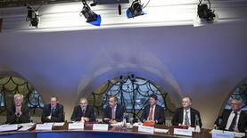 Управляющий Банка Англии Марк Карни на встрече Комитета по денежно-кредитной политике в Лондоне 1 июля 2013 года. Регуляторы Банка Англии неожиданно разошлись во мнениях относительно долговременного обязательства нового управляющего Марка Карни сохранять низкую ключевую ставку, свидетельствует протокол августовского заседания. REUTERS/Jason Alden/pool
