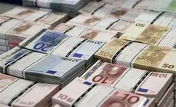 Пачки банкнот евро в центральном офисе компании GSA в Вене 22 июля 2013 года. Курс евро снижается после публикации отчета, показавшего, что еврозона вышла из самой продолжительной в истории валютного блока рецессии. REUTERS/Leonhard Foeger