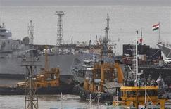 Navios e um submarino pertencentes à Marinha indiana são vistos em um terminal portuário, em Mumbai. Mergulhadores tentavam desesperadamente arrombar as escotilhas de um submarino indiano em que vários marinheiros morreram ou ficaram presos após uma explosão nesta quarta-feira, no pior incidente da Marinha da Índia desde a guerra de 1971 com o Paquistão. 14/08/2013. REUTERS/Danish Siddiqui