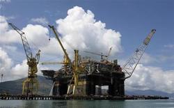 Una vista de la plataforma de producción semisumergible P-56 de la compañía petrolera brasileña Petrobras. REUTERS/Sergio Moraes (BRASIL - ENERGIA NEGOCIOS)