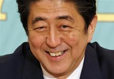 El primer ministro de Japón, Shinzo Abe. El país se acerca al fin de la deflación, dijo el Gobierno, ofreciendo su más optimista visión sobre los precios en casi cuatro años debido a que una estable recuperación de la economía permite que más compañías pasen el aumento de costos a los consumidores. REUTERS/Toru Hanai (JAPON - POLITICA)