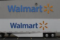 Wal-Mart a abaissé jeudi ses prévisions annuelles après que le numéro un mondial de la distribution a fait état de ventes inférieures aux attentes au deuxième trimestre, les consommateurs, sous le poids d'une pression fiscale plus forte et de prix de l'essence élevés, se rendant moins dans ses magasins. /Photo prise le 6 juin 2013/REUTERS/Rick Wilking