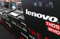 Computadores da marca Lenovo são expostos em loja de eletrônicos de Tóquio. Maior fabricante de computadores pessoais do mundo, a Lenovo divulgou no final da quarta-feira alta de 23 por cento no lucro líquido de abril a junho, num desempenho acima do esperado pelo mercado, impulsionado pelo avanço da empresa nos segmentos de celulares inteligentes e tablets. 5/9/2012 REUTERS/Kim Kyung-Hoon