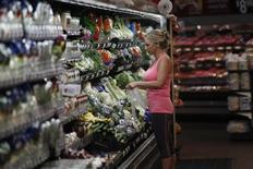 Una clienta compra vegetales en una megatienda de Wal-Mart en el estado de Arkansas, Estados Unidos. Foto de archivo. REUTERS/Rick Wilking. Wal-Mart Stores Inc reportó el jueves decepcionantes ventas trimestrales en Estados Unidos debido a que los compradores se vieron afectados por el aumento de los impuestos a la renta y los precios de los combustibles.