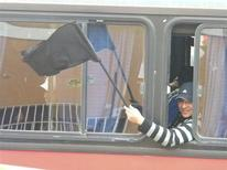 """Un trabajador del yacimiento de cobre Escondida en huelga agita banderas durante un viaje en bus en Antofagasta, en el norte de Chile. Agosto, 2013. REUTERS/Cortesía del Sindicato de Trabajadores Minera Escondida. Los trabajadores de la mayor mina de cobre del mundo, Escondida en Chile, retomaron sus labores la mañana del jueves tras una paralización """"de advertencia"""" de 24 horas, aunque dijeron que podrían tomar nuevas medidas si no reciben respuesta de la empresa a sus demandas."""