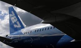 Boeing a augmenté le prix catalogue de la plupart de ses avions commerciaux d'environ 1,6% par rapport aux niveaux de 2012. Le prix des modèles 787 Dreamliner supporteront une hausse additionnelle de 1%. /Photo d'archives/REUTERS/Phil Noble