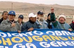 Imagen de archivo de trabajadores en huelga de la mina de hierro china Shougang, que opera en el sur de Perú. REUTERS/Robin Emmott. Los trabajadores de Shougang Hierro Perú, la única productora del metal en el país, iniciaron el jueves una huelga por tiempo indefinido en reclamo de mejoras laborales, dijo a Reuters un dirigente sindical.