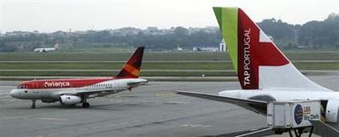 Vista de un avión de pasajeros Airbus A320 de la aerolínea colombiana Avianca en el aeropuerto internacional de Sao Paulo. Foto de archivo. REUTERS/Paulo Whitaker. La aerolínea Avianca Holdings, una de las mayores de América Latina, registró una utilidad neta de 70,3 millones de dólares en el segundo trimestre, en comparación con una pérdida de 44,8 millones de dólares en igual lapso del año anterior, alentada por la consolidación de rutas y el aumento de frecuencias de vuelo de alta demanda.