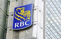 El logo del Royal Bank of Canada (RBC) en un edificio en el centro de Toronto. REUTERS/Mark Blinch (CANADA - NEGOCIOS)
