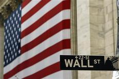 Wall Street a ouvert en légère baisse vendredi au lendemain de son repli quotidien le plus marqué depuis le 20 juin, dans un contexte de craintes de voir la Réserve fédérale entamer dès le mois de septembre le retrait progressif de ses mesures de soutien à l'économie. Après quelques minutes de cotation, le Dow Jones perd 0,15%, le S&P-500 recule de 0,23% et le Nasdaq cède 0,12%. /Photo d'archives/REUTERS/Lucas Jackson