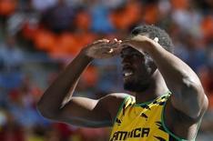 Jamaicano Usain Bolt mira em frente antes da prova de qualificação dos 200 metros durante o Munial de Atletismo em Moscou. Bolt chegou ao estádio Luzhiniki nesta sexta-feira com um pé enfaixado por causa de um acidente num treino, mas mesmo assim conseguiu classificar-se para a semifinal dos 200 metros. 16/08/2013. REUTERS/Dominic Ebenbichler
