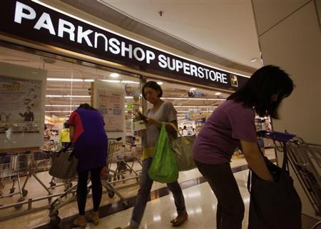Shoppers are seen outside one of the biggest Parknshop Superstores, owned by tycoon Li Ka-shing, inside a shopping mall in Hong Kong July 25, 2013. REUTERS/Bobby Yip