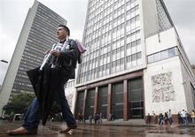 Un hombre camina fuera del edificio del Banco Central de Colombia en Bogotá. Foto de archivo. REUTERS/John Vizcaino. Colombia podría mantener sin cambios su tasa de interés de referencia hasta el primer trimestre del próximo año ante un crecimiento económico por debajo del potencial y la ausencia de presiones inflacionarias, dijo un miembro del directorio del Banco Central del país.