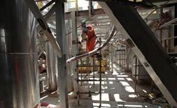 Un trabajador opera en la etapa final de construcción de una plataforma de crudo de Petrobras frente a Angra Dos Reis en Brasil. Foto de archivo. REUTERS. La petrolera brasileña Petrobras dijo el viernes que evacuó y cerró su yacimiento Cottonwood en el Golfo de México como medida de prevención ante la posibilidad de una tormenta tropical.