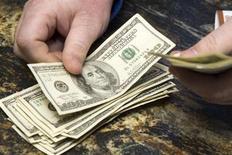 Homem conta notas de 100 dólares em cassino dos Estados Unidos. REUTERS/Las Vegas Sun/Steve Marcus