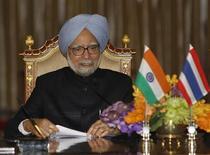 Primeiro-ministro da Índia, Manmohan Singh, fala durante entrevista coletiva na Casa de Governo em Bangkok, 30 de maio de 2013. Singh disse que não há por que acreditar que a Índia voltará à crise econômica ocorrida em 1991, já que a taxa de câmbio da rúpia está ligada ao mercado e as reservas internacionais são adequadas. 30/05/2013 REUTERS/Chaiwat Subprasom