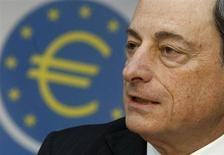 Le président de la Banque centrale européenne (BCE) Mario Draghi. Le maintien de taux élevés sur les marchés monétaires montre qu'il va falloir que la BCE se décide à prendre de nouvelles mesures, plus musclées que les mots jusqu'ici rassurants de son président. /Photo prise le 4 avril 2013/REUTERS/Lisi Niesner