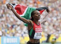 A queniana Eunice Sum celebra vitória na final dos 800 metros rasos feminino no Mundial de Atletismo de Moscou, no estádio Luzhniki, em Moscou, 18 de agosto de 2013. Sum estragou a festa da Rússia no último dia do Mundial de Atletismo de Moscou com um sprint final para impedir o segundo título consecutivo da anfitriã favorita Mariya Savinova nos 800 metros rasos, neste domingo. 18/08/2013 REUTERS/Lucy Nicholson