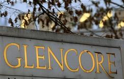 Логотип Glencore у центрального офиса компании в Баре 20 ноября 2012 года. Горнорудная и торговая компания Glencore Xstrata может списать стоимость активов Xstrata на сумму до $7 миллиардов, когда объявит результаты первого полугодия во вторник - впервые после слияния трейдера и горнодобывающего гиганта в мае. REUTERS/Arnd Wiegmann