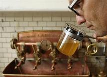 Peter Krammer, propriétaire de la brasserie familiale Hofstetten, à Saint Martin, dans le nord de l'Autriche. Ce brasseur permet aux amateurs de bière de voyager dans le temps, en proposant une boisson concoctée à partir d'une recette datant de 300 ans et retrouvée dans les archives municipales. /Photo prise le 13 août 2013/REUTERS/Heinz-Peter Bader