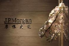 Imagen del logo de JPMorgan en su sede de Pekín. Foto de archivo. REUTERS/Jason Lee. JPMorgan Chase & Co está siendo investigado por el Departamento de Justicia de Estados Unidos bajo sospechas de manipular los mercados de energía, luego de que el mes pasado la compañía alcanzara un acuerdo extrajudicial separado por denuncias civiles con otra agencia federal, indicó el Wall Street Journal.